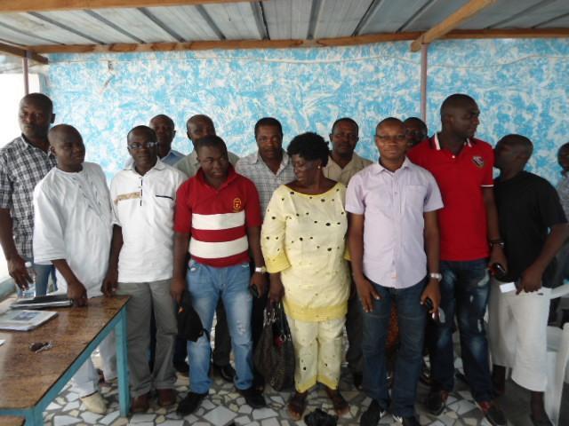 Les cadres RDR de Bondoukou. Bamba Salia (tee-shirt rouge), l'initiateur de la protestation