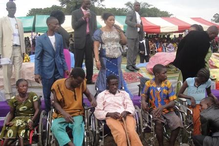 Des fauteuils roulants remis à des personnes handicapées